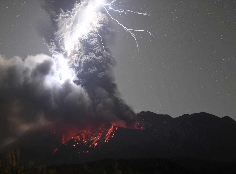 Sét 'đánh trúng' ngọn núi lửa đang phun trào ở Nhật Bản