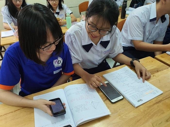 học sinh dùng điện thoại trong giờ học