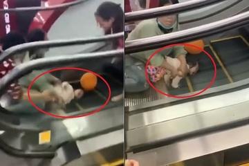 Tái mặt xem clip em bé kẹt tay vào thang cuốn ở trung tâm thương mại
