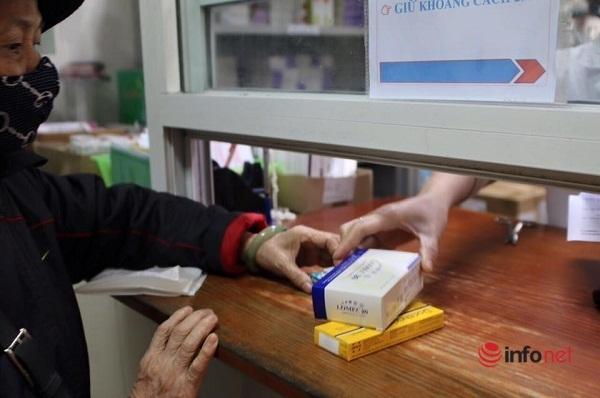 Phát thuốc 3 tháng/lần cho bệnh nhân BHYT mắc bệnh mãn tính phòng Covid- 19