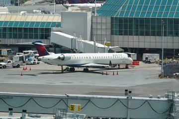 Hành khách ngang ngược mở cửa giữa lúc máy bay lăn bánh