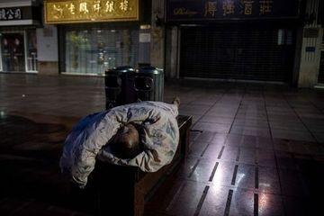 Trung Quốc: Trời lạnh không được bật lò sưởi, leo thang bộ thay cho thang máy