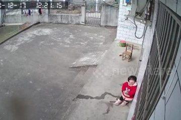 Rơi nước mắt cảnh bé gái 1 tuổi nhìn camera gọi bố mẹ ở xa về nhà