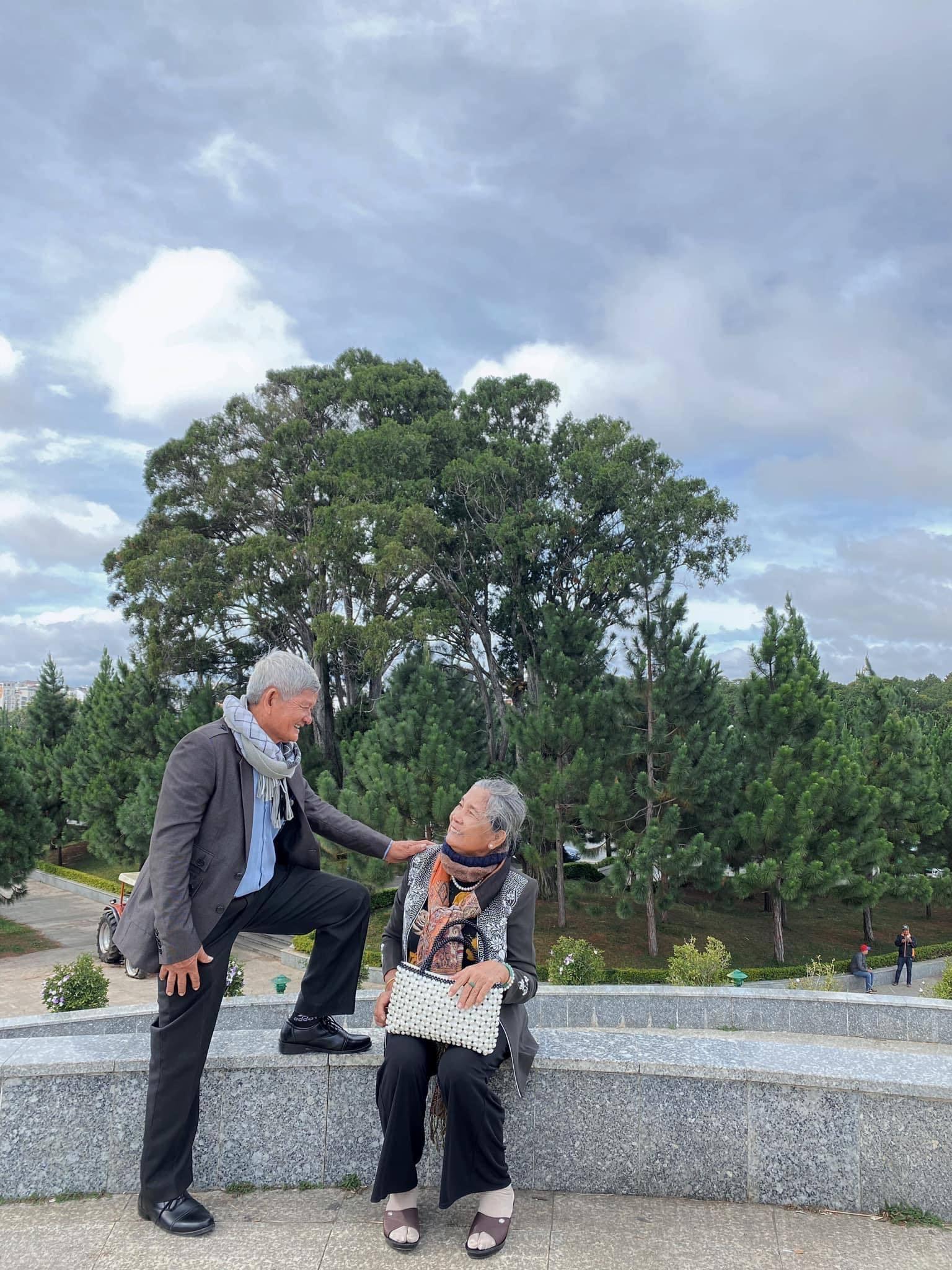 Hạnh phúc viên mãn trong bộ ảnh đi khắp Đà Lạt của đôi vợ chồng U70