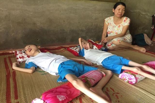 Căn bệnh đeo đẳng 50.000 gia đình Việt, cha già 70 tuổi vẫn phải phục vụ con