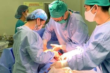 Bác sĩ hiến máu cứu trẻ sơ sinh 1 ngày tuổi