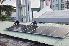 Đoàn thanh niên EVNHCMC trao tặng hệ thống điện mặt trời mái nhà