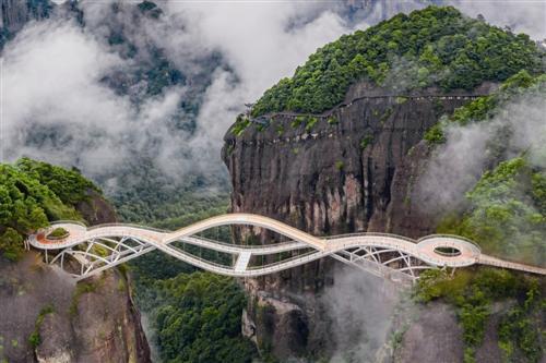 Cây cầu hai tầng ngắm cảnh ngoạn mục ở Trung Quốc