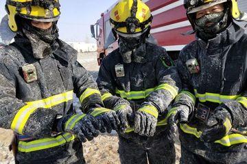 Quần áo nhân viên cứu hỏa bị đóng băng dưới cái rét -26 độ C