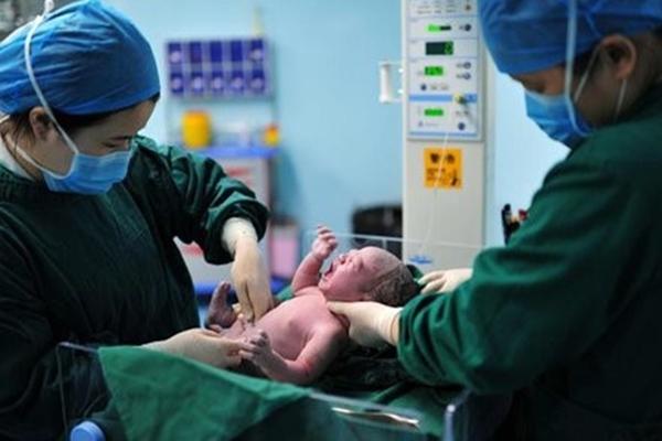 Dân mạng Trung Quốc phản đối phạt tiền cặp đôi sinh 7 con