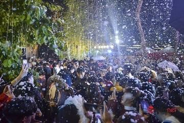 Vui đùa dưới tuyết trắng trong đêm Giáng sinh lung linh ở Hà Nội
