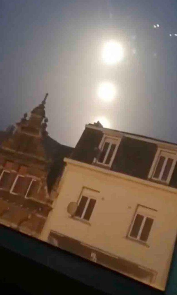 Khoảnh khắc hiếm gặp ba quả cầu phát sáng trên bầu trời Bỉ