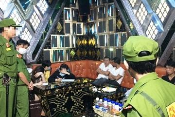 """Quảng Nam: 27 nam, nữ """"phê"""" ma túy trong quán karaoke lúc rạng sáng"""