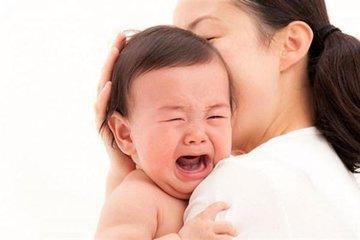 Phân biệt trẻ sốt mọc răng với sốt bệnh lý