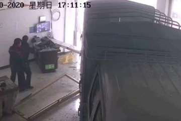 Vào tiếp nhiên liệu, tài xế xe tải Trung Quốc đâm luôn nhân viên trạm xăng