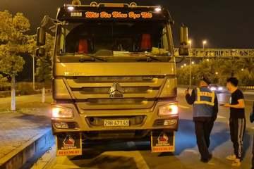 Lực lượng TTGT 'vật lộn' với lái xe tải vi phạm hơn 6 tiếng