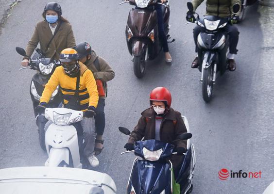 Nhiệt độ giảm nhanh, người Hà Nội tầng tầng lớp lớp áo ấm ra đường