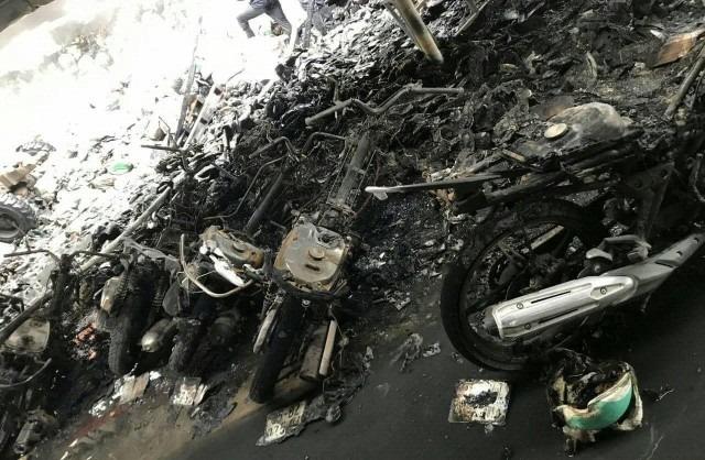 Nhiều xe máy bị thiêu rụi trong công ty giày da
