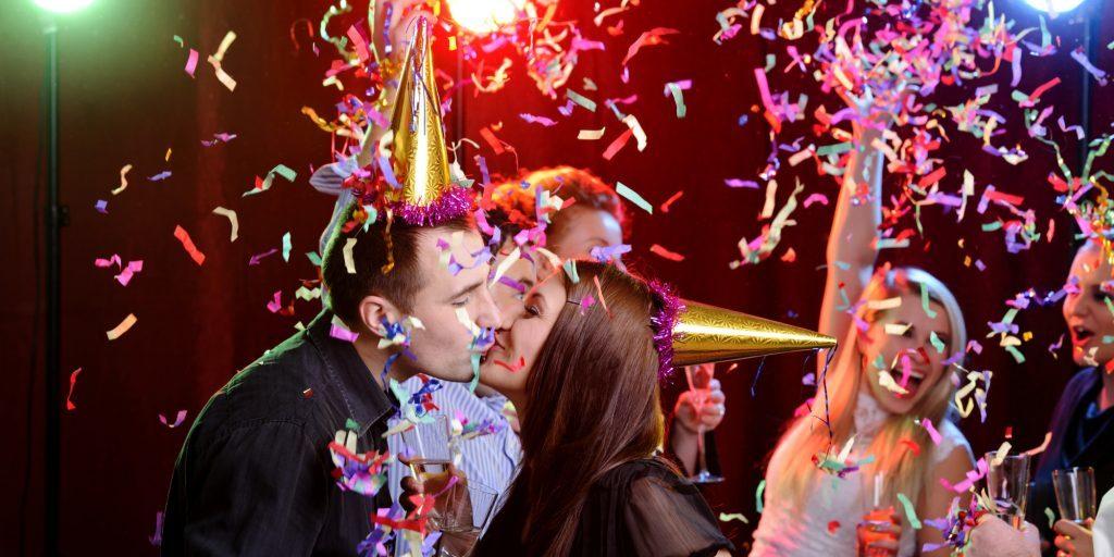 Giao thừa tại sao lại hôn nhau?