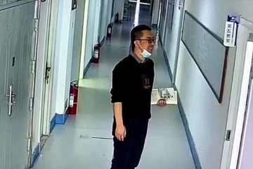 Thầy giáo đứng cười một mình ngoài cửa lớp và lý do được hé lộ
