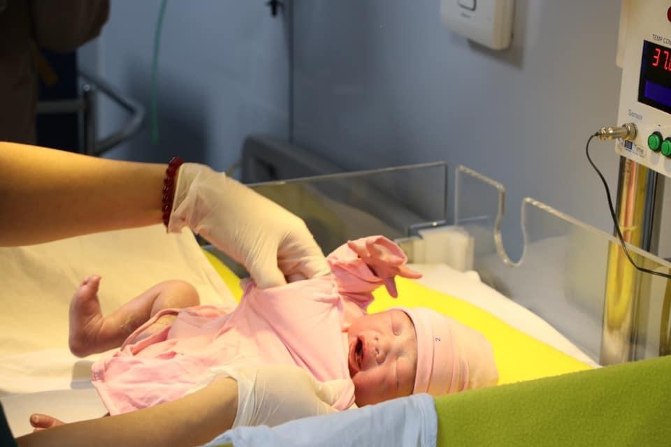 Nụ cười hạnh phúc khi những em bé đầu tiên năm 2021 chào đời