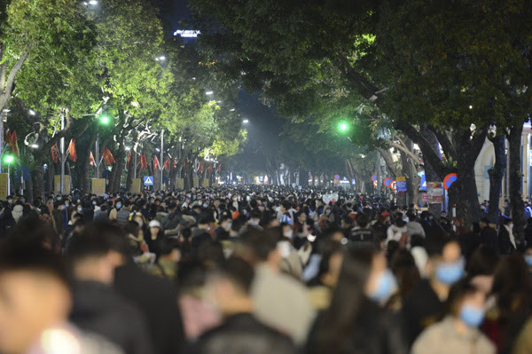 Mãn nhãn màn pháo hoa mừng năm mới 2021 rực sáng bầu trời Hà Nội