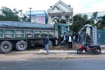 Nhà dân bị xe tải tông sập cổng lúc sáng sớm