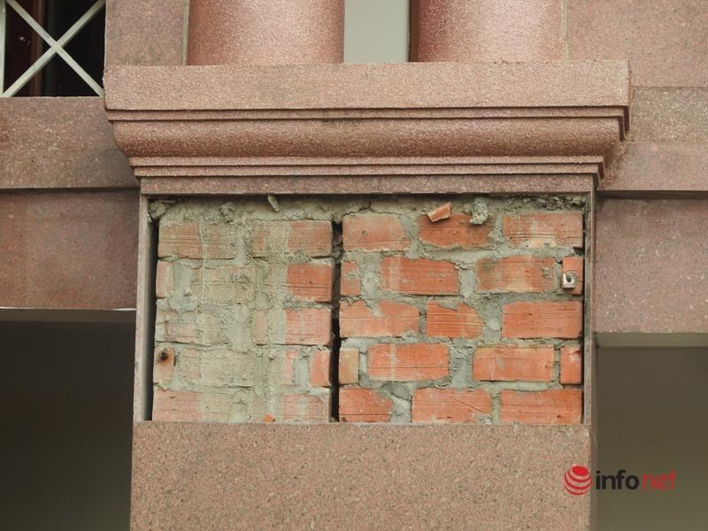Hà Tĩnh: Trụ sở huyện vừa sửa đã mốc dột, rụng lả tả, nhà thầu nói 'trời mưa mốc tí'