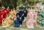 Lớp 65 sinh viên diện áo ngũ thân chụp ảnh kỷ yếu đẹp - độc - lạ