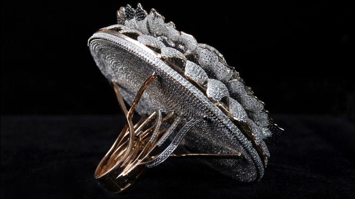Chiếc nhẫn 12.638 viên kim cương lấp lánh lập kỷ lục Guinness