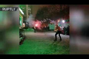 Cảnh sát Nga truy tìm 2 người nghịch dại bắn pháo hoa vào nhau