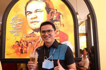 Tân HLV trưởng HAGL Kiatisuk đến ủng hộ quán cà phê của học trò