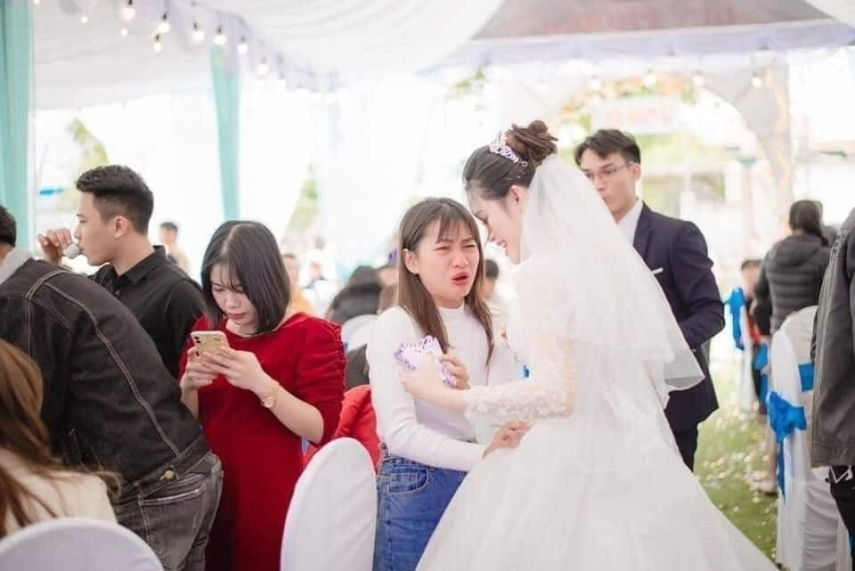 """Bạn thân khóc """"cạn nước mắt"""", ôm chặt cô dâu không cho theo chồng bỏ cuộc chơi"""
