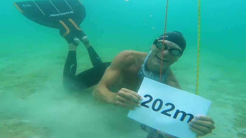 Kỳ tích giữa đời thực, bơi 202 mét chỉ lấy hơi 1 lần duy nhất