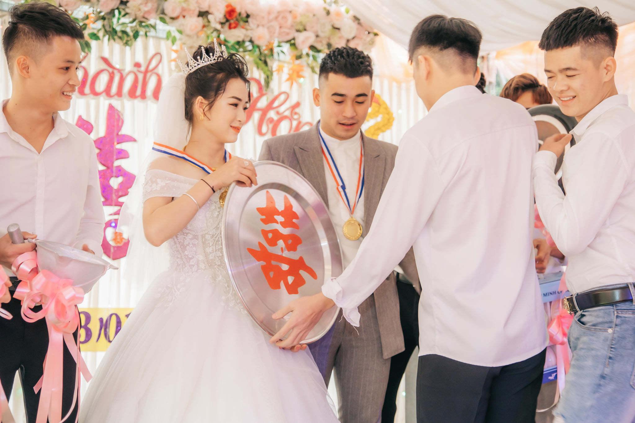 Hội bạn thân 'siêu lầy' mang quà cưới huy chương vàng đến tặng cô dâu chú rể
