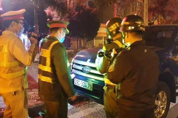 Bị kiểm tra nồng độ cồn, lái xe bán tải 'hành' cảnh sát hơn 3 giờ