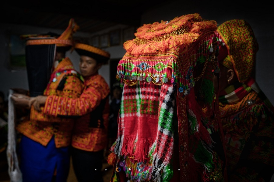 Lễ cưới của người Dao ở Khuổi Phiêng: Cô dâu thay y phục cưới trước cửa nhà chồng