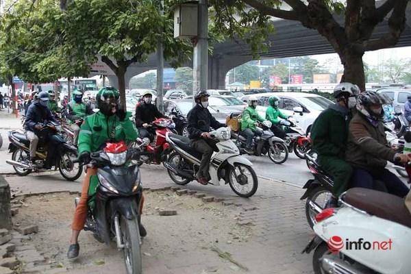Ô tô chiếm đường, đẩy xe máy lên hè: Cao điểm phạt ô tô 3-5 triệu, tước GPLX