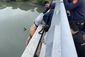 Nhiều cảnh sát vất vả giải cứu người đàn ông định nhảy cầu tự tử