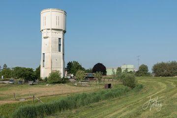 Mua hẳn tháp nước cũ biến thành nhà ở hiện đại, ai nhìn cũng trầm trồ