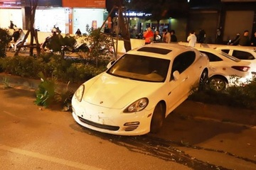 Xe Porsche tông đổ nhiều cây xanh, nghi do tài xế bị đột quỵ, mất lái