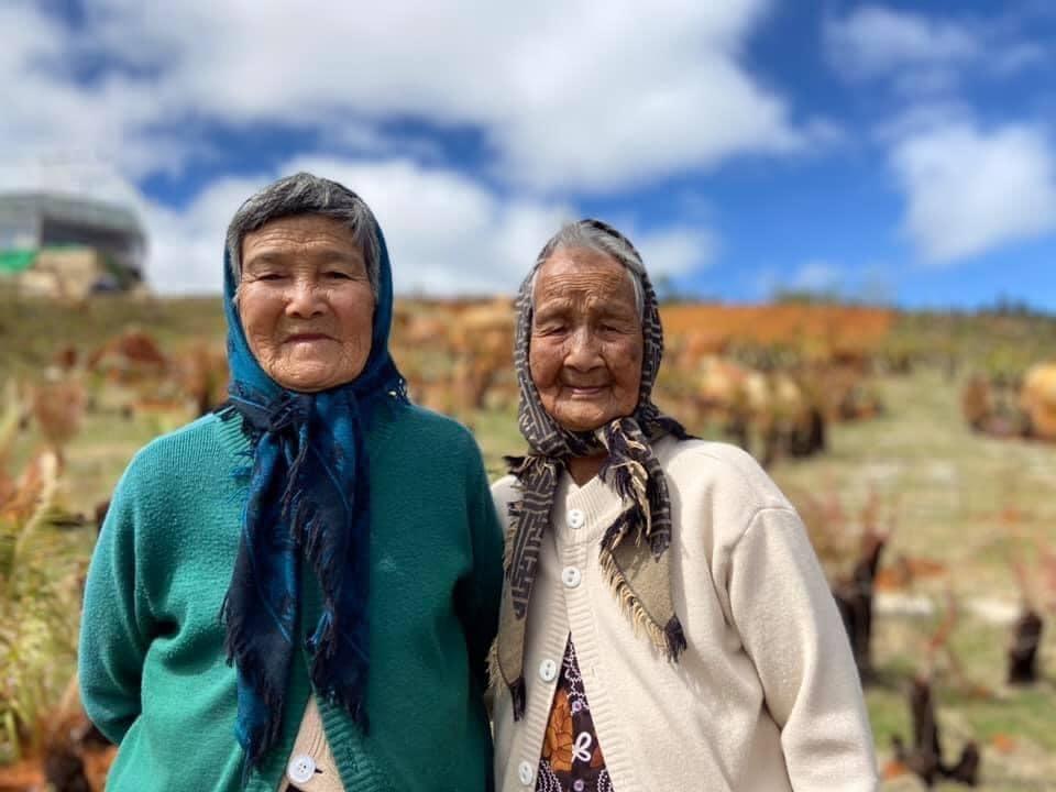 Hai cụ bà U90 mặc áo đôi du lịch Đà Lạt khiến giới trẻ trầm trồ ngưỡng mộ