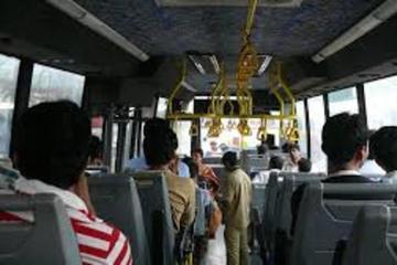 Tên trộm phi người qua cửa kính xe buýt chạy thoát thân