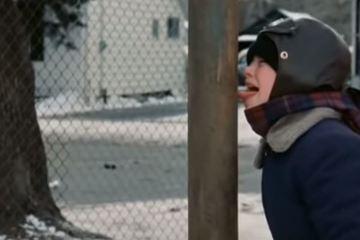 Dùng lưỡi liếm thanh sắt dưới trời -16 độ C, cậu bé gặp ngay kết đắng