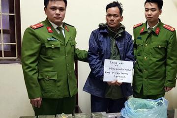 Người đàn ông chở 10 bánh ma túy bằng xe máy bị cảnh sát phát hiện