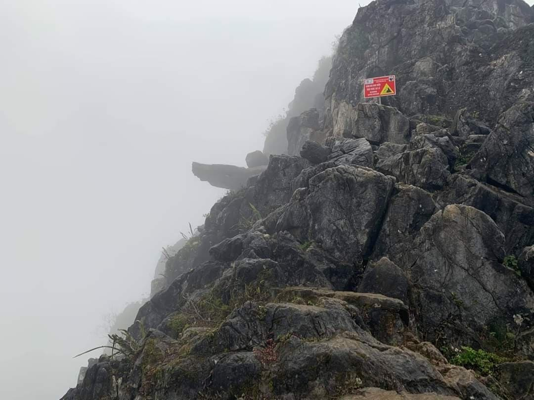 'Phượt thủ' trượt chân, rơi từ mỏm đá Pải Lủng xuống vách núi