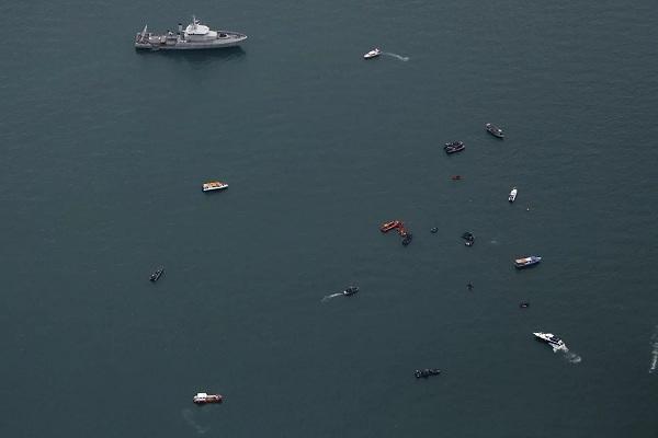 Hoạt động tìm kiếm tại hiện trường vụ rơi máy bay ở Indonesia
