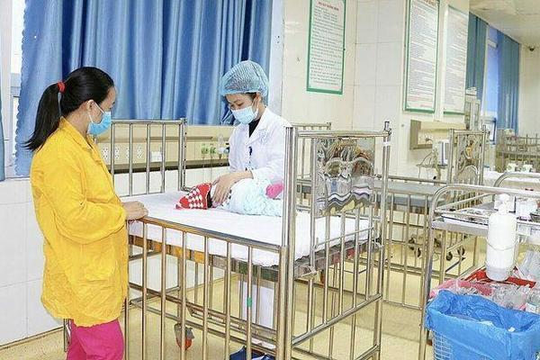 Bé 2,5 tháng tuổi ngừng thở vì sặc nước muối sinh lý, bác sĩ chia sẻ cách làm sạch mũi trẻ sơ sinh