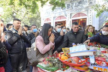 Hà Nội: Hàng nghìn người không đeo khẩu trang khi lễ phủ Tây Hồ