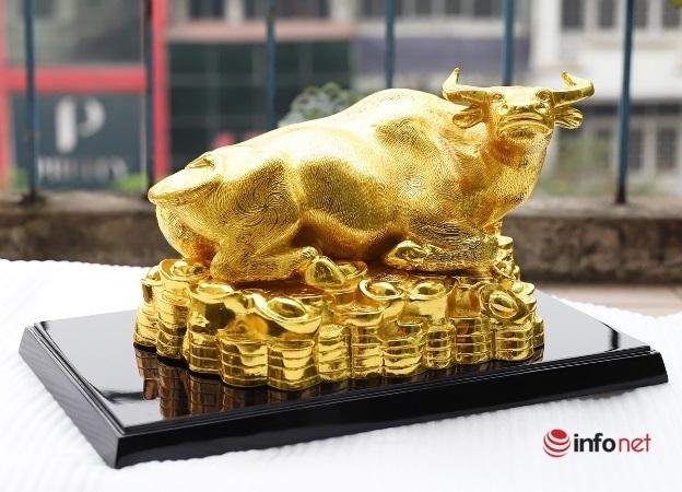 Tượng trâu vàng hàng chục triệu đồng săn khách thích 'đồ độc' mùa Tết
